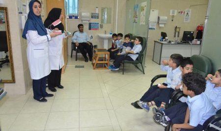 آموزش صحیح مسواک زدن به دانش آموزان کلاس اول